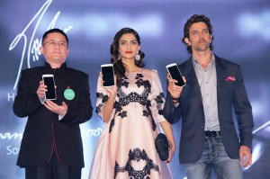 rsz_mr_tom_lu_director_and_ceo_oppo_mobiles_india_pvt_ltd_with_sonam_kapoor_and_hrithik_roshan_at_the_launch_of_oppo_n1